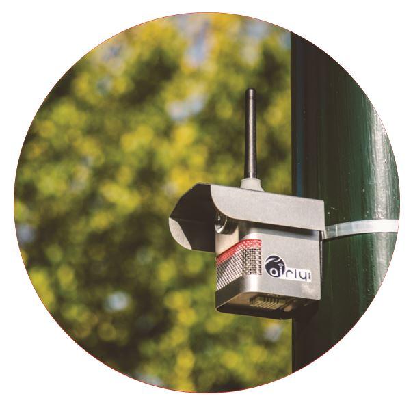 Sensor Powietrza – czujnik współpracujący z aplikacją Airly, zamontowany na słupie